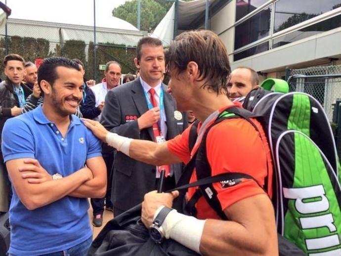 Ferrer cumprimenta Pedro, do Barcelona (Foto: Reprodução / Facebook)