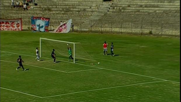 João Carlos, do Fortaleza, falha e arbitragem assinala gol do Brasiliense (Foto: Reprodução/TV Verdes Mares)