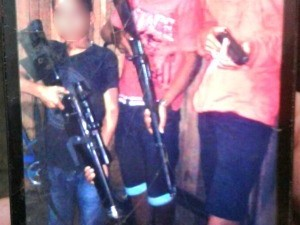 Menino de oito anos aparece armado ao lado de bandidos de facção  (Foto: Divulgação/Polícia Civil)