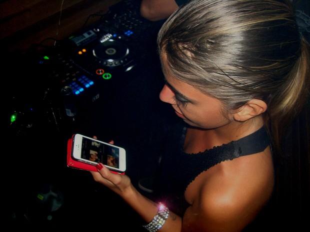 Bruna confere avaliações no aplicativo Lulu (Foto: Ana Carolina Levorato/G1)