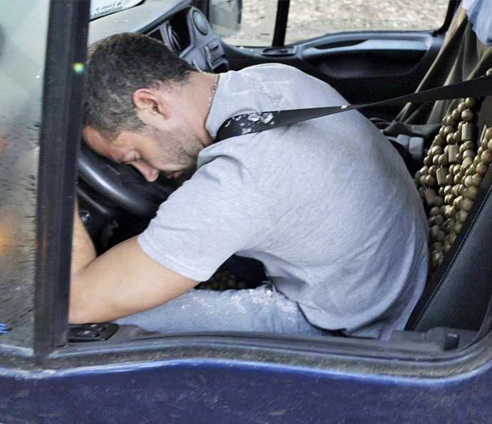 Apolo sofre acidente e desmaia (Foto: TV Globo)