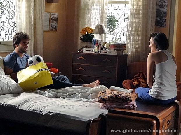 Giane dá bola de futel para Fabinho! (Foto: Sangue Bom / TV Globo)