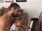 Rafael Cardoso toca piano com a filha: 'Amor do pai'