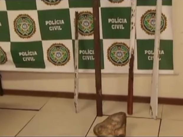 Pedaços de pau e pedra foram utilizados para golpear Guilherme, segundo o delegado (Foto: Divulgação Polícia Civil)
