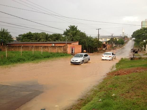 Chuva na tarde desta quinta-feira, 7, deixa parte da Rua Tenreiro Aranha, próximo ao cruzamento com a Rua Jacy-Paraná, Bairro Santa Bárbara, alagada (Foto: Ivanete Damasceno/G1)