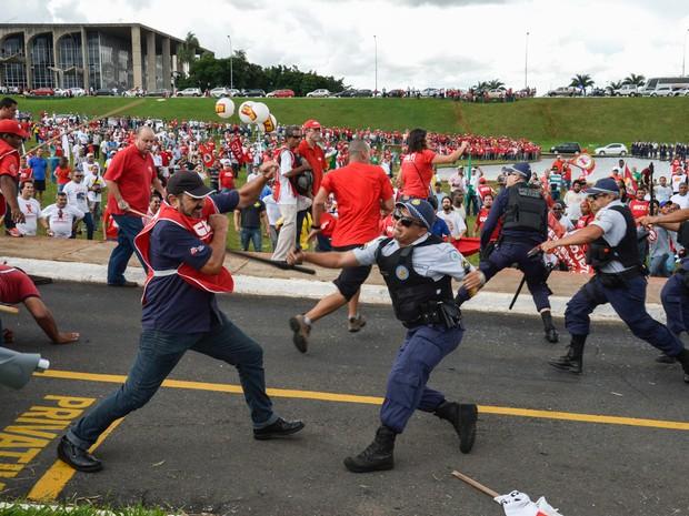 Manifestantes entram em confronto com a Polícia Militar durante protesto no gramado do Congresso Nacional em Brasília (Foto: Wilson Dias/Agência Brasil)