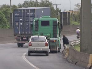 Pedestres se arriscam atravessando pista ao inv�s de usarem passarela (Foto: Reprodu��o/TV Tribuna)