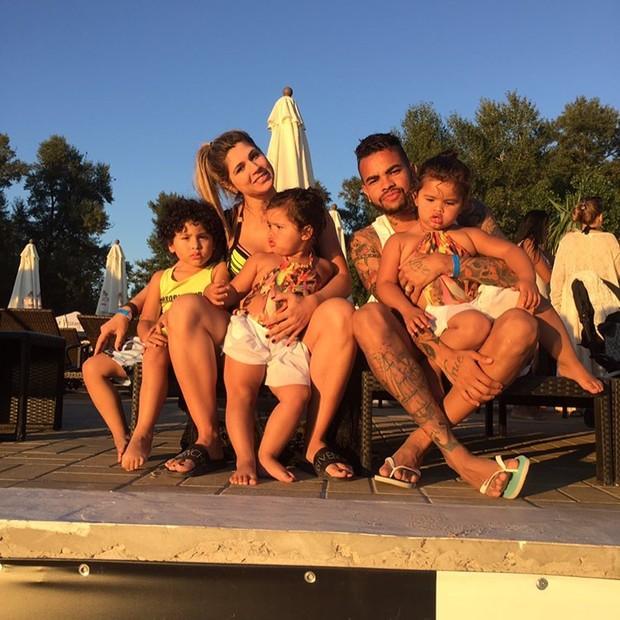 Dentinho e Dani Souza com os filhos (Foto: Instagram / Reprodução)