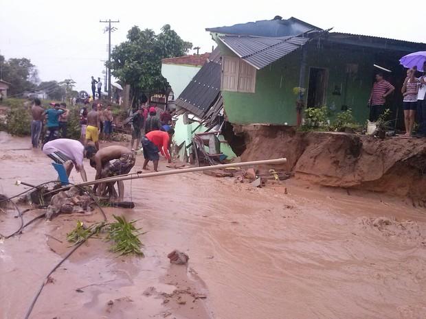 Chuva forte Chuva iniciou na noite de terça-feira (31), derrubou casas e postes (Foto: Arney Barreto/TV Tapajós)