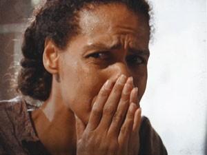 Cai a ficha para Zenaide, ela está perdida (Foto: Lado a Lado/TV Globo)