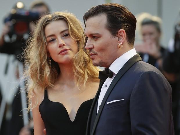 Foto de Amber Heard e Johnny Depp de sexta-feira (4) na premiere do Festival de Cinema de Veneza, na Itália. (Foto: Andrew Medichini/AP Photo)
