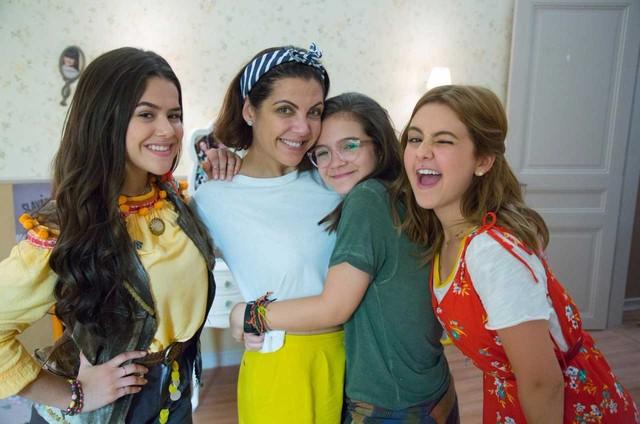 As atrizes Maisa Silva, Mel Maia e Klara Castanho posam com a escritora Thalita Rebouças nos bastidores do filme 'Tudo por um pop star' (Foto: Rodrigo Montenegro)