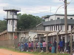 Agentes apreendem 11 celulares no CDP de São José dos Campos, SP (Foto: Reprodução/ TV Vanguarda)