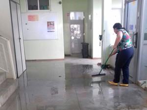 Funcionários realizaram limpeza do prédio da Uesb, na Bahia (Foto: Carol Pimenta/TV Sudoeste)