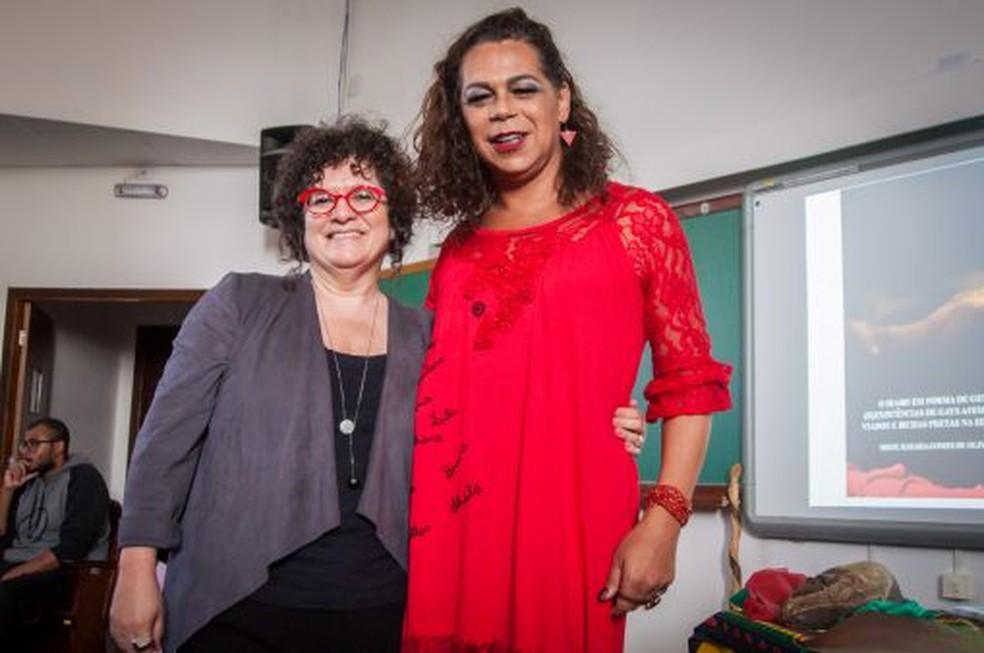 Megg, ao lado da orientadora Maria Rita, comemorou a aprovação de sua tese de doutorado (Foto: Divulgação/UFPR)
