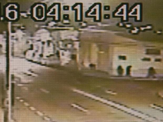 Suspeitos, de roupa preta, fecharam avenida próximo a Prosegur em Ribeirão Preto, SP (Foto: Reprodução/EPTV)