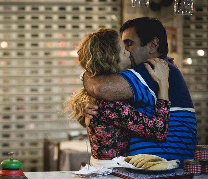 Hugo e Gilda se beijam no Flor do Lácio (Foto: Fabiano Battaglin/Gshow)
