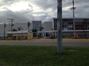 Passageiros esperam transporte em uma parada no bairro do Jaracaty (Foto: Zeca Soares/G1)