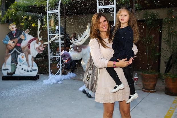 Mariana Kupfer com a filha Victória (Foto: Manuela Scarpa/Photo Rio News)