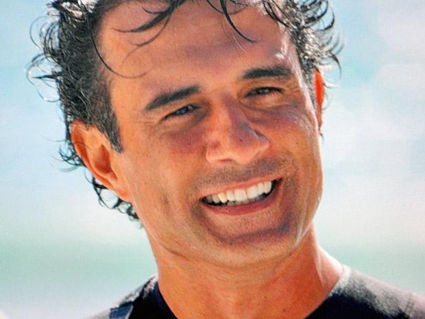 Entre uma onda e outra, Gilson encontra Samuel (Foto: Cheias de Charme / TV Globo)