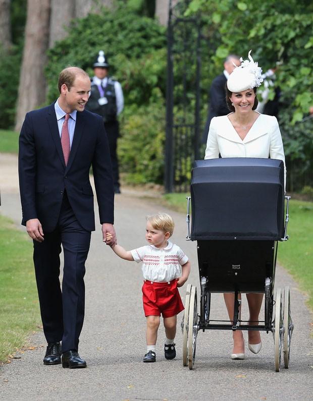 O príncipe William e a duquesa de Cambridge, Kate Middletonx, apareceram pela primeira vez com seus dois filhos, o príncipe George e a princesa Charlotte, ao chegarem para o batizado da menina, realizado em uma cerimônia em Sandringham, no Reino Unido neste domingo (Foto: Chris Jackson/Pool Photo via AP)