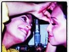 Regina Duarte ajuda a filha Gabriela a retocar maquiagem