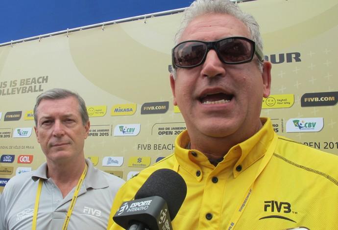 Angelo Squeo, diretor de eventos de vôlei de praia da FIVB. Ao lado dele Fúlvio Danilas, diretor de vôlei de praia da CBV (Foto: Carol Fontes)