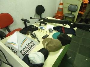 Material apreendido com os suspeitos (Foto: Polícia Militar/Divulgação)