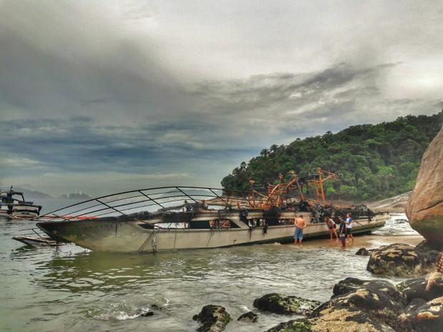 Lancha ficou totalmente destruída (Foto: Lucas Dias/Especial para o G1)
