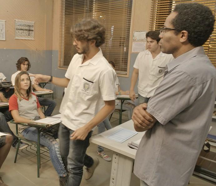 Rodrigo acaba tirando Roger da sala (Foto: TV Globo)