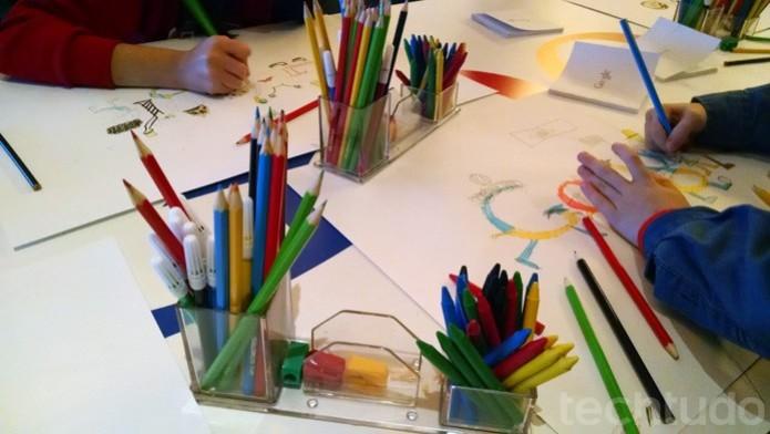 Crianças colorem o doodle que criaram na oficina promovida pela empresa, no Museu do Futebol  (Foto: TechTudo/Renato Bazan)