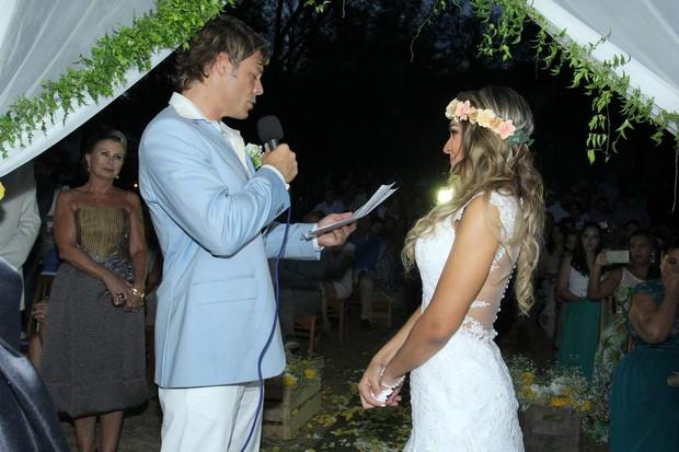Theo Becker e Raphaela Lamim se casam em praia do Rio de Janeiro (Foto: Alex Palarea/Agnews)