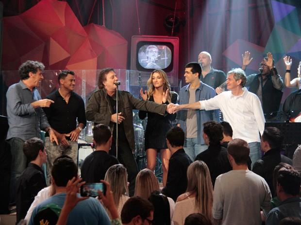 Paulo Betti, Popó, Gabriela Pugliesi, Marcius Melhem e Serginho cantam com Fábio Jr. (Foto: Marcos Mazini/Gshow)