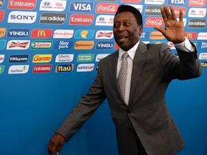 Pelé chega para participar da cerimônia do o sorteio que define os oito grupos para a Copa do Mundo 2014, na Costa do Sauípe. (Foto: Vanderlei Almeida/AFP)