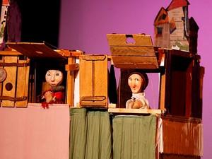 Cena de Uma história simples, peça de teatro de bonecos em cartaz no festival de animação da Funarte, em Brasília (Foto: Carol Cruz/Divulgação)