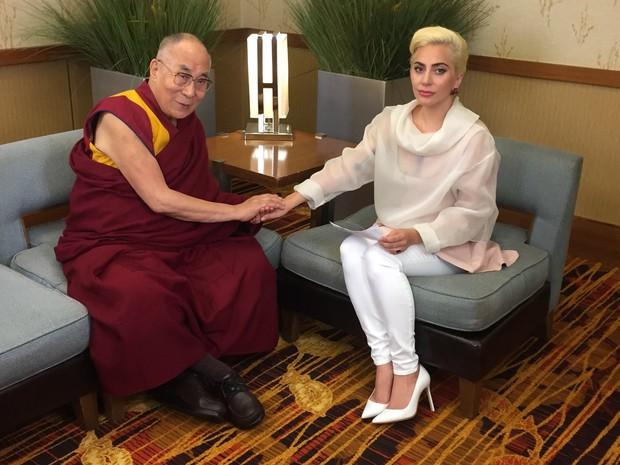Dalai Lama e Lady Gaga juntos (Foto: Reprodução/Twitter)