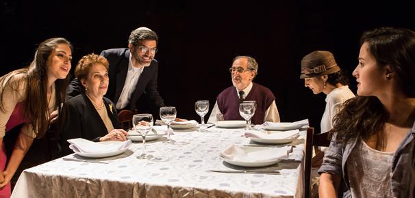 Espetáculo se passa durante um jantar de família jadaica (Foto: Renato Mangolin)
