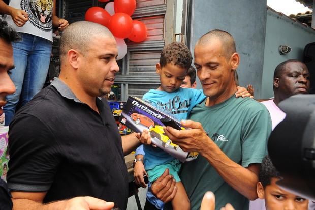 Ronaldo distribui presentes de Natal para as crianças (Foto: Marcelo Dutra / FotoRioNews)