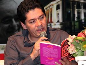 Escritor mexicano abriu ciclo de palestras da 8ª edição da Flipoços (Foto: Jéssica Balbino / G1)