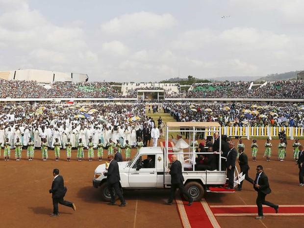 Papa Francisco chega a estádio em Bangui em papamóvel cercado por seguranças (Foto: Stefano Rellandini / Reuters)