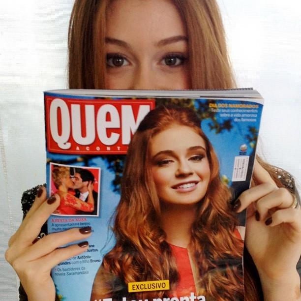A atriz publicou uma foto em que aparece segurando a revista QUEM desta semana (Foto: Reprodução)