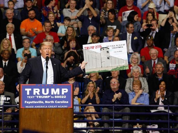 Trump exibe desenho de muro que promete construir na fronteira com o México para proibir a entrada de imigrantes durante comício nesta quarta-feira (9) em Fayetteville, na Carolina do Norte (Foto: REUTERS/Jonathan Drake)