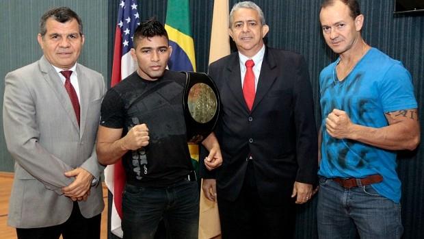 Rayner com vereadores de Manaus (Foto: Tiago Correa/CMM)