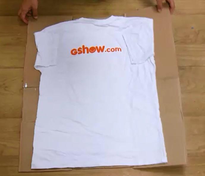 Aprenda a fazer um dobrador de camisa caseiro só usando papelão e fita adesiva (Foto: Reprodução)