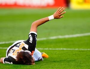 Neymar caído no chão (Foto: Marcos Ribolli / Globoesporte.com)