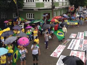 Sob chuva, manifestantes se reúnem no Centro de Manaus (Foto: Sérgio Rodrigues/G1 AM)