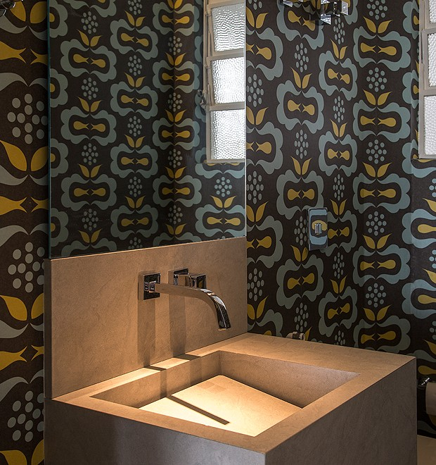 Até o pequeno espaço do lavabo foi repaginado e ganhou um papel de parede estampado (Foto: Divulgação)