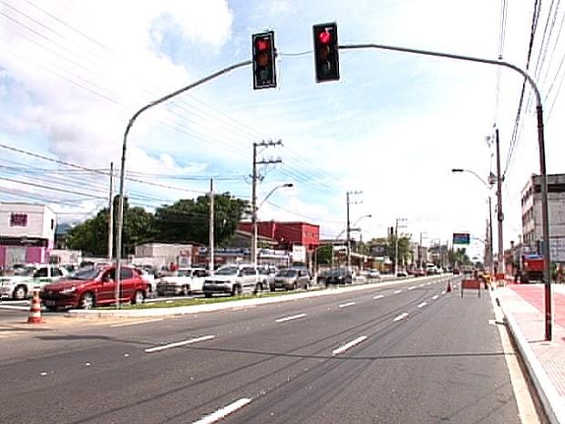 Fernando Ferrari, Espírito Santo, tem três faixas de tráfego em cada sentido e canteiro central. (Foto: Reprodução/TV Gazeta)