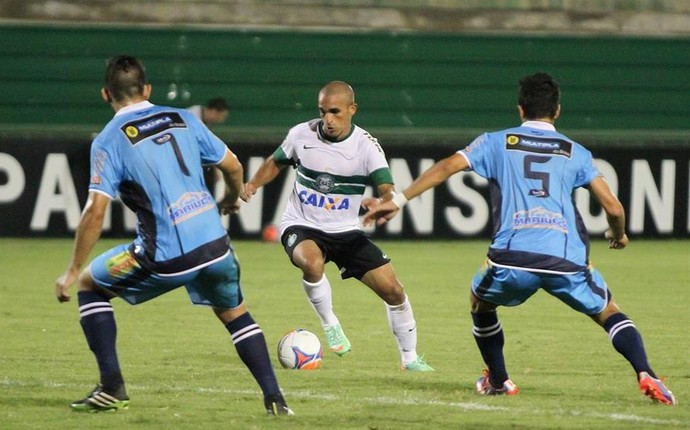 Gil tenta se livrar da marcação dos jogadores do Prudentópolis (Foto: Divulgação/ Site oficial Coritiba)