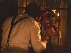 Edgar beija Laura (Foto: Lado a Lado/TV Globo)